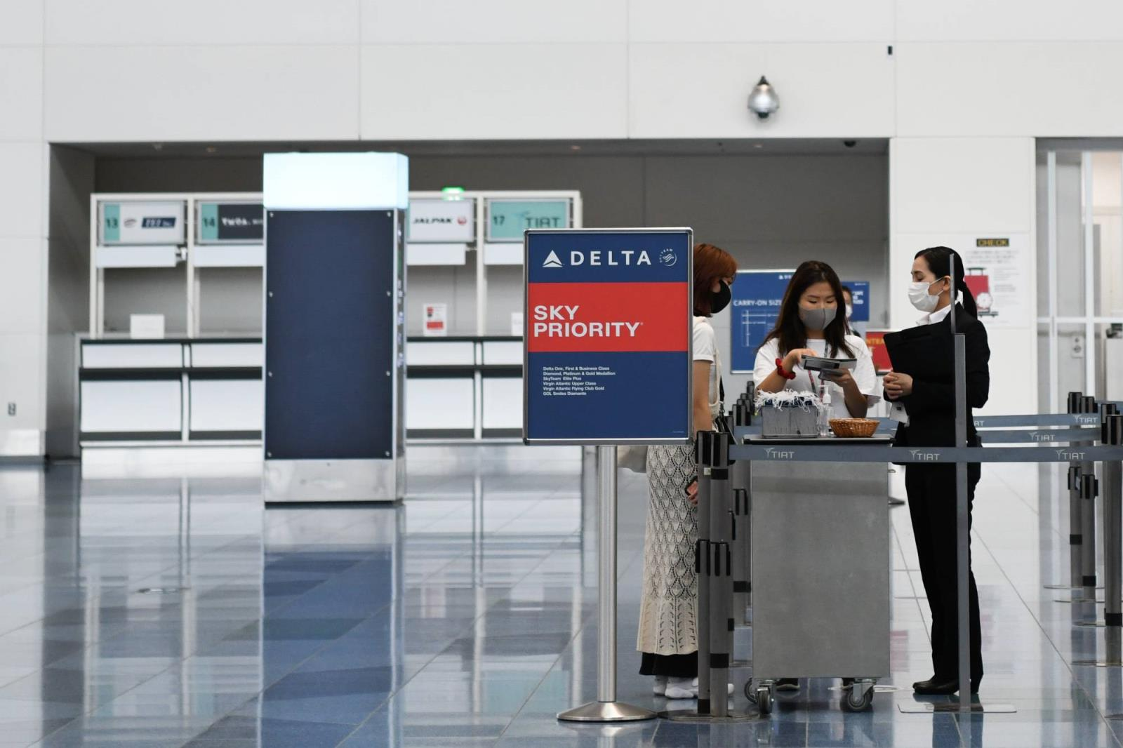 A PASSENGER, LEFT, SPEAKS TO DELTA AIR LINES INC. WORKERS AT HANEDA AIRPORT IN TOKYO, JAPAN, ON TUESDAY, JUNE 28, 2020. Co<em></em>nCERN OVER THE VIRUS SITUATION IN JAPAN IN GROWING AS CASES HAVE SURGED IN RECENT WEEKS. AN OUTBREAK INITIALLY THOUGHT Co<em></em>nFINED TO NIGHTTIME ENTERTAINMENT AREAS IN TOKYO HAS SPREAD TO WORKPLACES AND ACROSS THE COUNTRY. PHOTOGRAPHER: NORIKO HAYASHI/BLOOMBERG